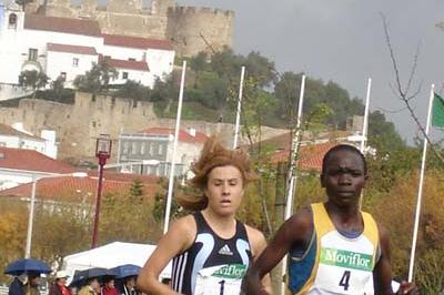 Nancy Kiprop leading Fernanda Ribeiro at the 2005 Torres Vedras EAA Cross (Torres Vedras LOC)