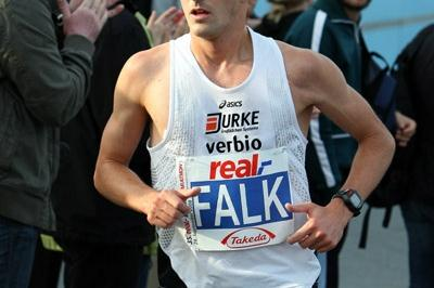 Falk Cierpinski runs in the 2008 Berlin Marathon (Victah Sailer)