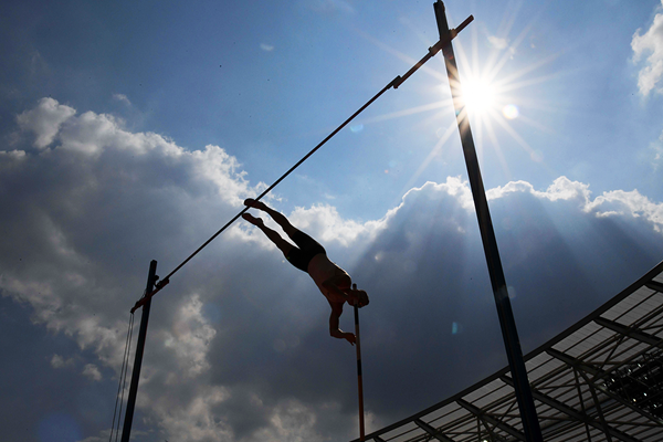 Sam Kendricks in the pole vault at the IAAF Diamond League meeting in London (Kirby Lee)