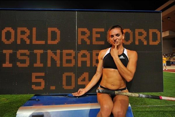 A familiar setting - Yelena Isinbayeva with her WR on the scoreboard (Jiro Mochizuki (Agence shot))