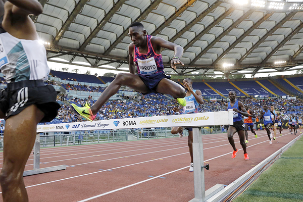 Conseslus Kipruto en route to another victory at the IAAF Diamond League meeting in Rome (Philippe Fitte)