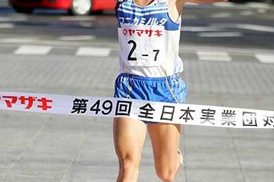Kazuyuki Maeda brings home Konica-Minolta to victory in the 2005 New Year's Ekiden (Kazutaka Eguchi)