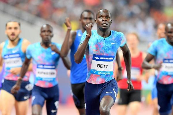 Kipyegon Bett en route to his upset victory in Shanghai (Errol Anderson/Jiro Mochizuki)