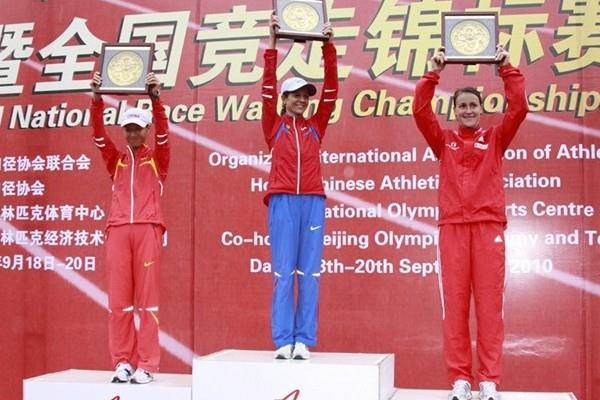 2010 Race Walking Challenge Final women's podium: runner-up Liu Hong (CHN), race winner Tatyana Sibileva (RUS), and Melanie Seeger (GER) (organisers)