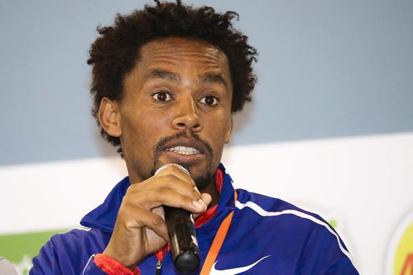Feyisa Lilesa meets the press in Bogota (Victah Sailer/organisers)
