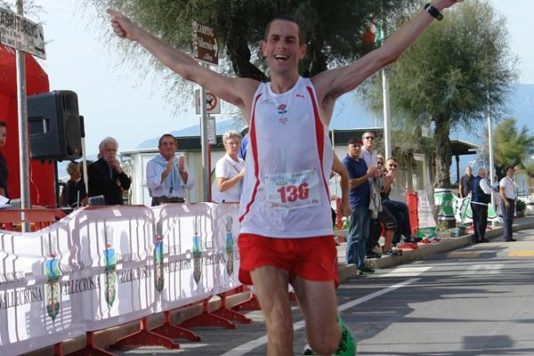 Steven Way prevails to lift the 2012 IAU 50K World Trophy in Vallecrosia (Franco Casonato)