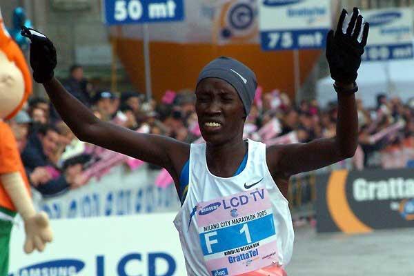 Kenyan Helen Kimutai (2:28:48) wins the women's race in Milan (Lorenzo Sampaolo)