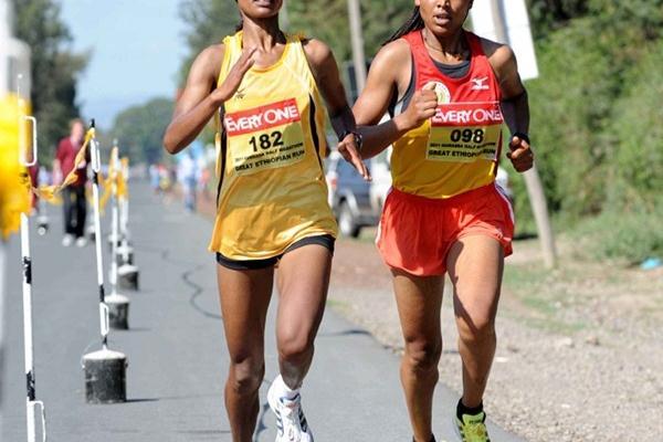 Sisay Measo and Dinkinesh Mekonnen battling in Hawassa (Jiro Mochizuki)