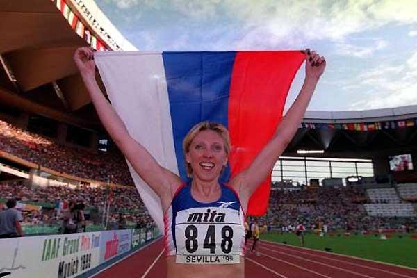 Svetlana Masterkova celebrates her 1999 World Championships 1500m win (Getty Images)