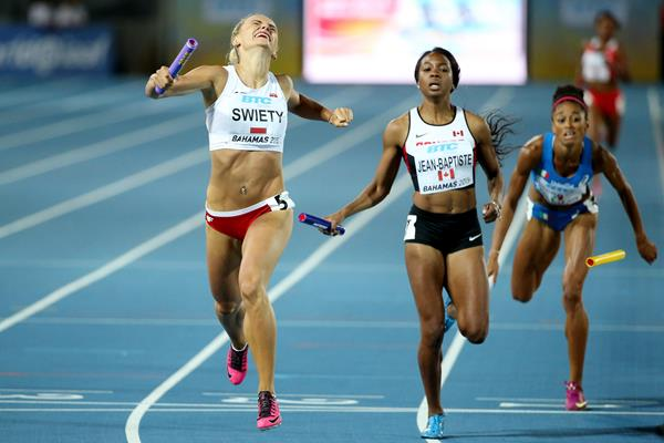 Justyna Swiety of Poland (l) in the 4x400m relay in Nassau (Getty Images)