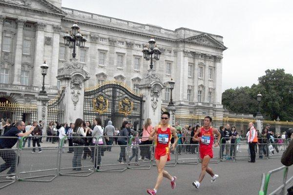 Zhen Wang and Li Jianbo race past Buckingham Palace in The Mall, London on 30 May (Paul Warburton)