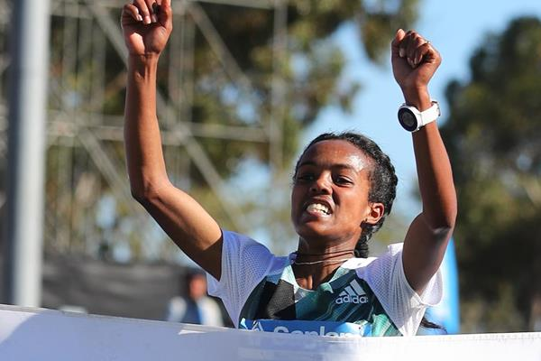 Betelhem Moges wins the Cape Town Marathon  (Roger Sedres/Images SA (organisers))
