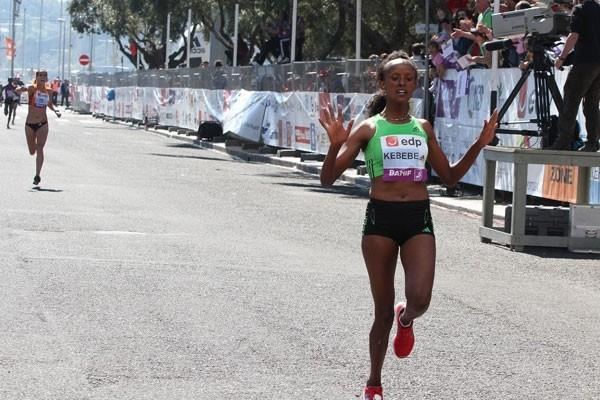 Aberu Kebede cruises to a 1:08:28 victory in Lisbon (Marcelino Almeida)