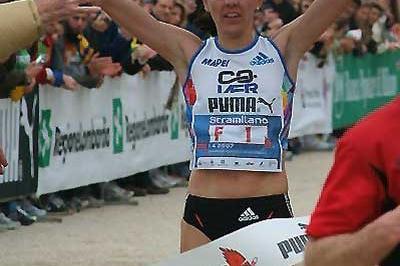 Aniko Kalovics wins the 2007 Stramilano Half Marathon (Lorenzo Sampaolo)