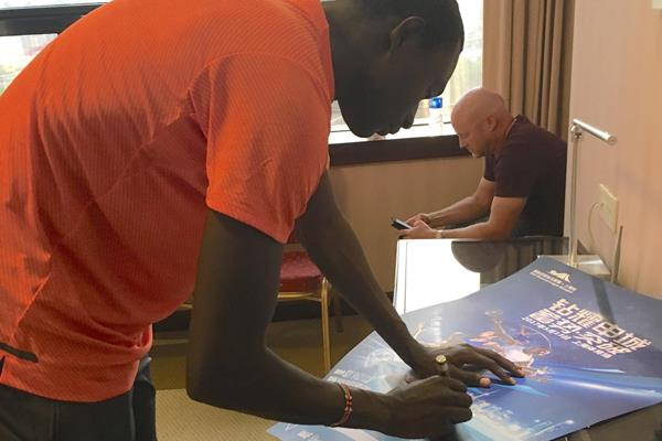 David Rudisha signing autographs in Shanghai (Steve Landells)