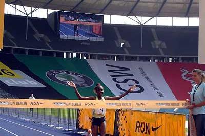 Peninah Arusei wins the 2006 Run Berlin 25km women's race (c)