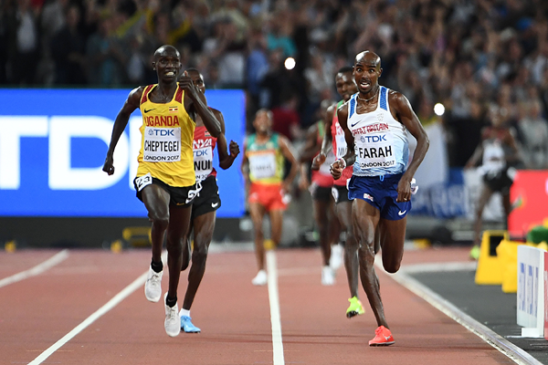 Joshua Cheptegei and Mo Farah in the 10,000m at the IAAF World Championships London 2017 (AFP / Getty Images)