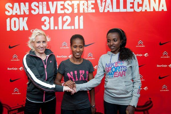 Marta Dominguez, Geleta Burka and Tirunesh Dibaba on the eve of the 2011 San Silvestre Vallecana in Madrid (organisers)