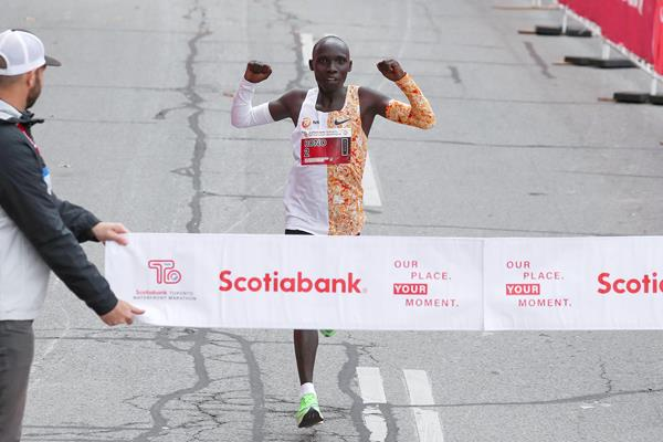 Philemon Rono wins the Toronto Marathon (Victah Sailer / organisers)