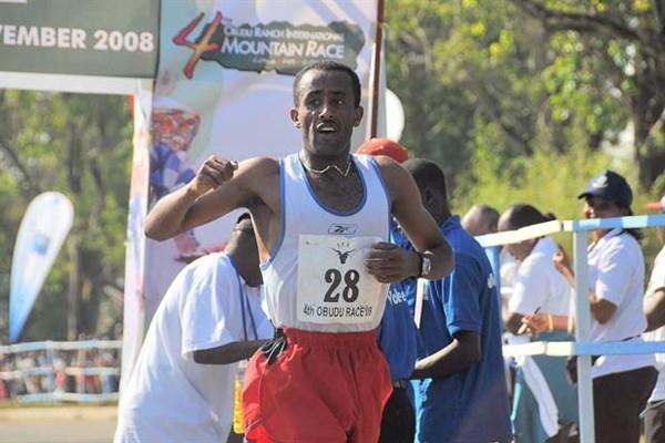 Abebe Dinkesa wins 2008 Obudu Ranch Mountain Race (Danny Hughes)