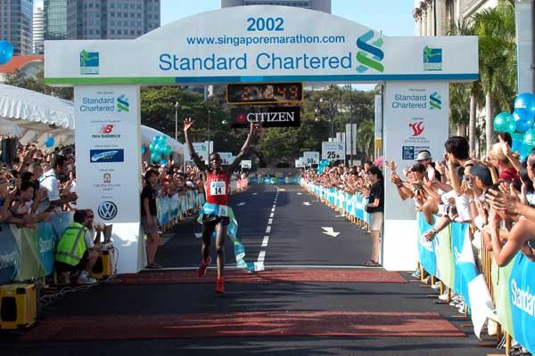 Joseph Riri (Kenya) wins the Singapore Marathon (Randy Ang)