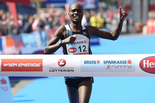 Gilbert Kirwa winning the Vienna City Marathon 2009 (Victah Sailer)