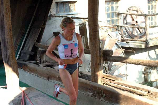 Benita Johnson crosses the Meraviglia Mill at the 2005 Cinque Mulini (Lorenzo Sampaolo)