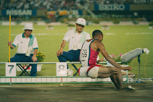 Mike Powell sets a world record at the 1991 World Championships ()