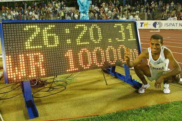 Bekele poses next to his 10,000m World record clock in Ostrava (Getty Images)