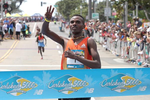 Dejen Gebremeskel wins for the third time at the Carlsbad 5000 (Victah Sailor)