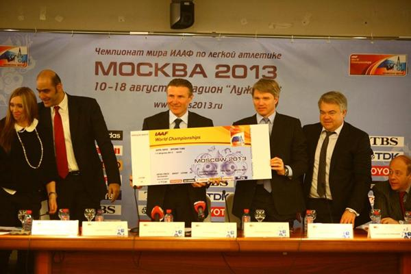 IAAF Vice President Sergey Bubka and Russian Deputy Minister of Sport Pavel Kolobkov hold a large Moscow 2013 ticket (Moscow 2013 LOC)