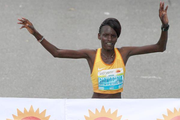 Purity Rionoripo winning at the 2016 Bogota Half Marathon (Organisers / Victah Sailer)