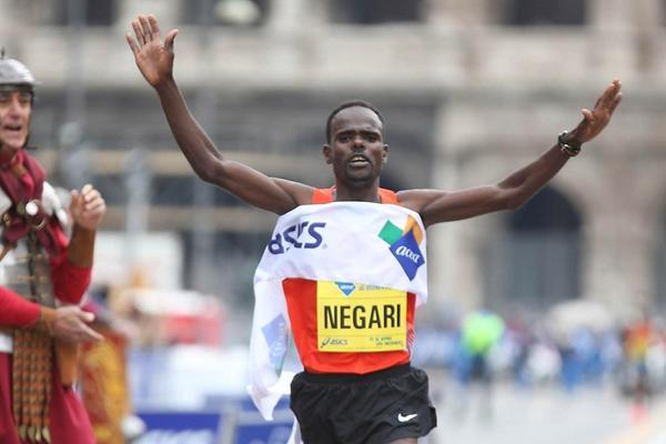 Getachew Negari Terfa winning at the 2013 Rome Marathon (Giancarlo Colombo)