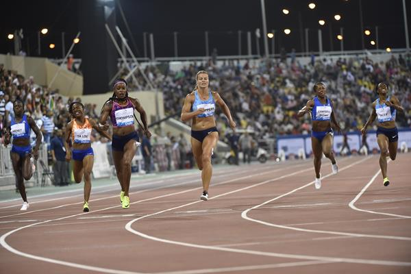 Elaine Thompson prevails in the Doha 200m showdown (Hasse Sjogren/Jiro Mochizuki)