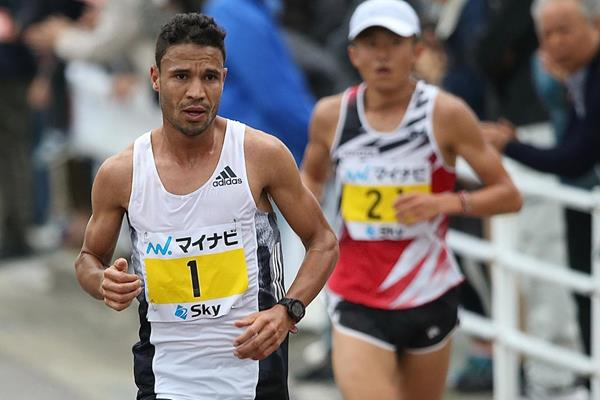 El Mohjoub Dazza en route to victory at the Fukuoka Marathon (Kazuaki Matsunaga/Agence SHOT)