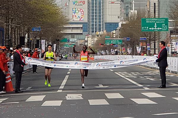 Janet Rono wins the Daegu Marathon (Organisers)