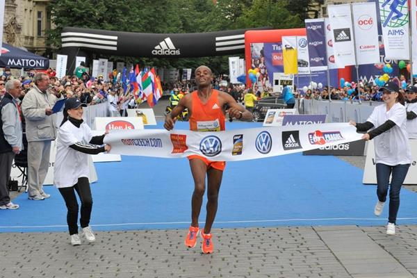 Deressa Chimsa wins the 2012 Volkswagen Prague Marathon  (Organisers)
