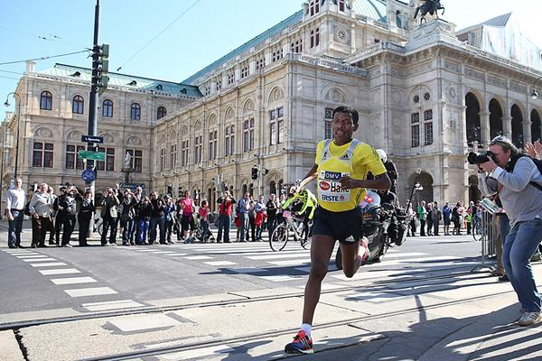 Haile Gebrselassie on his way to another Half-marathon victory in Vienna (Giancarlo Colombo)
