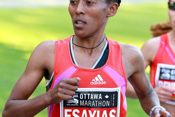 Yeshi Esayias en route to her win at the Ottawa Marathon (Victah Sailer)