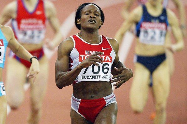 Maria Mutola wins her sixth world indoor 800m title in Budapest (Getty Images)
