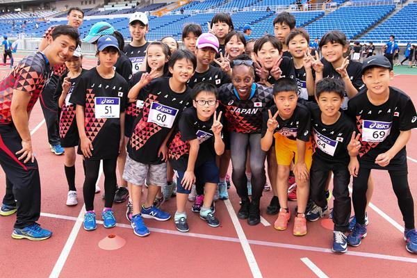 IAAF Ambassador Gail Devers with participants at the Asics Kids Decathlon Challenge in Yokohama (Roger Sedres)