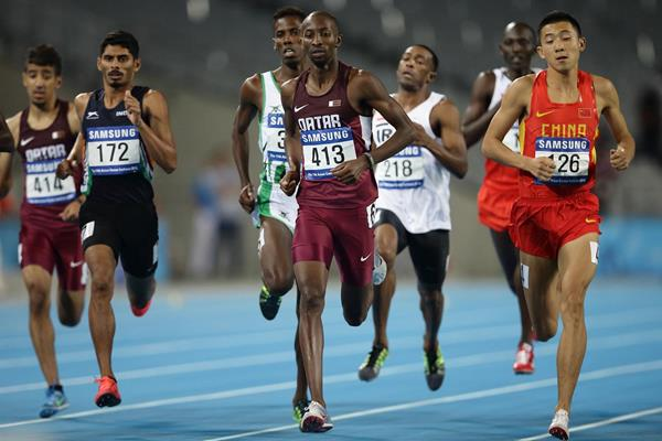 Musaeb Abdulrahman Balla leads the 800m from eventual winner Adnan Taess Akkar (218) at the Asian Games (Getty Images)