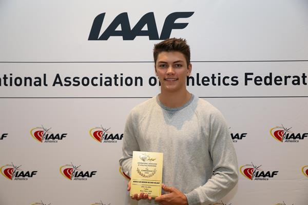 Trey Cunningham with his world U20 record plaque (Philippe Fitte)
