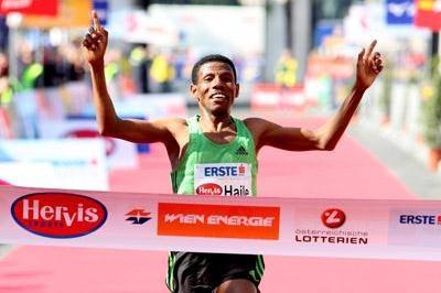 Haile Gebrselassie clocks 1:00:18 over the Half Marathon in Vienna (Victah Sailer)