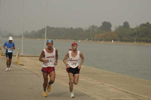 Kharitonov and Zhalybin running in IAU 100km World Cup (Sean Wallace-Jones)