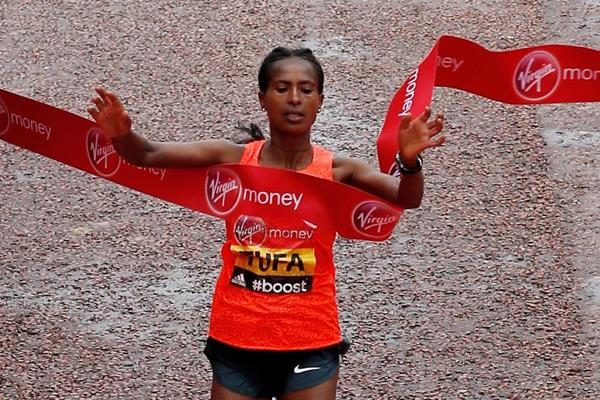 Tigist Tufa winning the 2015 London Marathon (Getty Images)