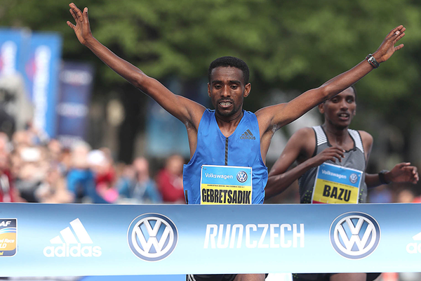 Gebretsadik Abraha wins the Prague Marathon (Giancarlo Colombo / organisers)