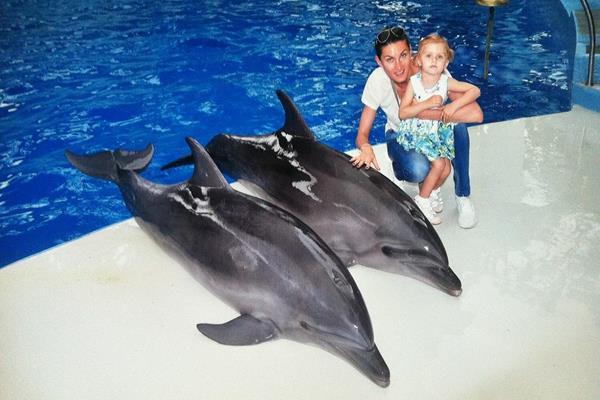 Anna Chicherova and her daughter Nika at the Sochi Dolphinarium (Anna Chicherova)