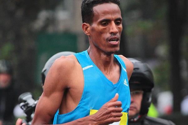 Beraki Beyene on his way to winning the Santiago Marathon (Oscar Munoz Badilla)