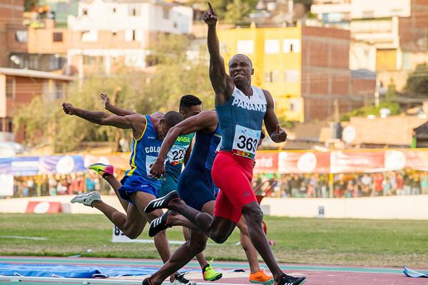 Alonso Edward wins the 100m at the South American Games (Oscar Munoz Badilla)